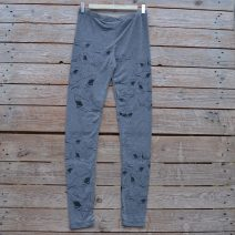 Printed leggings in light grey with shark print in black