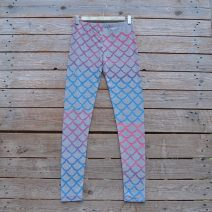 Printed leggings in light grey with mermaid scales in pink turquoise blend