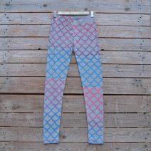 Printed leggings in light grey with mermaid scales in pink turquoise blend